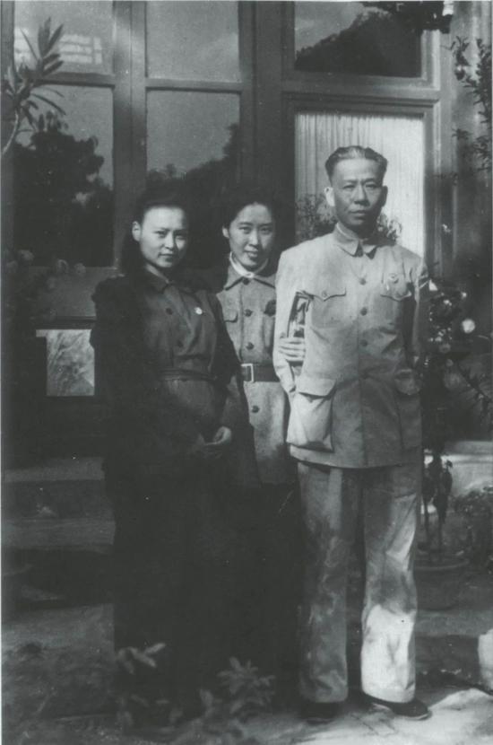 刘少奇、王光美与刘爱琴合影