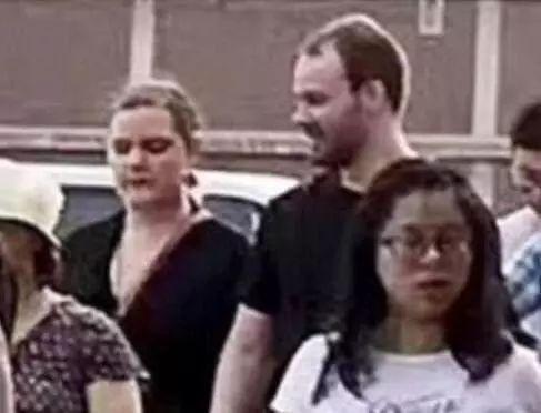 嫌犯克里斯滕森与女友参加章莹颖的平安祈祷会