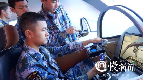 在初级舰载机模拟器上练习操控基础