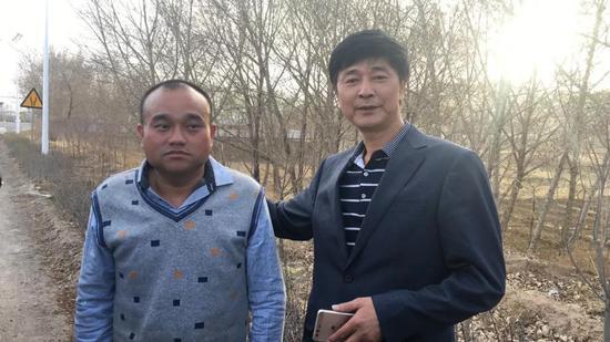 内蒙古凉城县看守所,4月17日下午广州医生谭秦东(左)被取保候审。