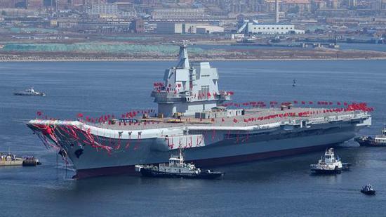 大陆首艘自制航母2017年4月26日当天,在中国船舶重工集团公司大连造船厂举行下水仪式的资料照。(中新社)