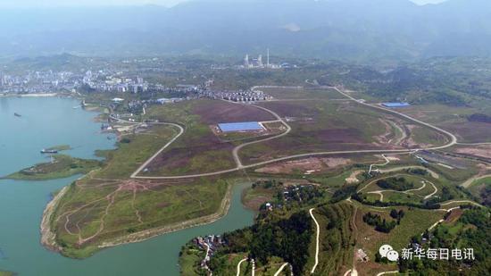 4月16日,无人机航拍长江边的石柱西沱工业园。记者张海舟 摄