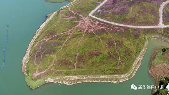 4月16日,水磨溪湿地注入长江的河口已经被推平(无人机航拍)。记者张海舟 摄