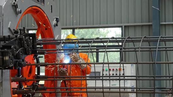 5月3日,在雅万高铁项目经理部二分部钢筋加工厂,一名印尼工人正在进行焊接作业。 新华社记者梁辉 摄