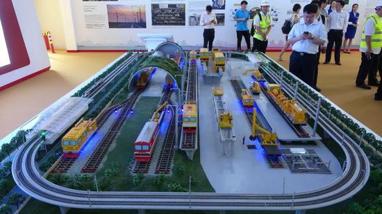 这是5月3日拍摄的雅万高铁展示厅里的瓦利尼车站示意模型。 新华社记者梁辉 摄