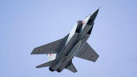 """▲图为此次参加阅兵的米格-31BM截击机,腹部挂载""""匕首""""高超音速空射弹道导弹。"""