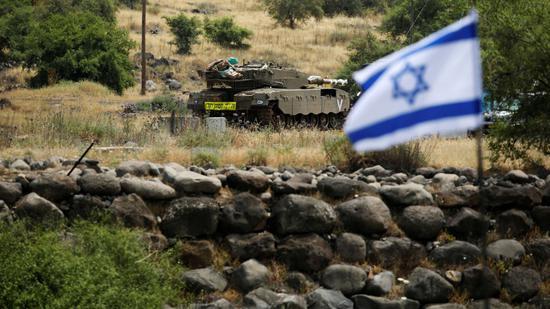 戈兰高地与叙利亚交界处的以军坦克(图:天空新闻)