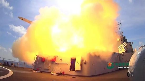 ▲资料图片:2016年7月8日,海军三大舰队的近百舰艇和数十架飞机齐聚海南岛至西沙某海域,一场复杂电磁环境下的实兵实弹对抗演习正在上演。