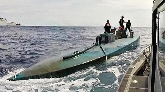 ▲图为美国执法部门缴获的哥伦比亚毒枭运毒潜艇