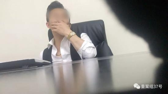 """▲4月26日,""""巨鹏国际""""公司一位工作人员在面试记者。    图/新京报我们视频暗访组"""