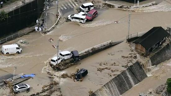 """日本罕见暴雨成灾 网友:""""日本沉没""""的一次预警"""