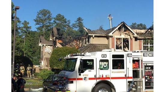 图为大火被扑灭后的民居