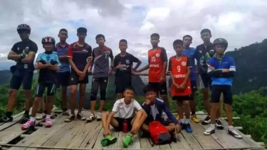 足球隊13人的合影。圖片來自網路