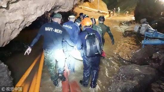 当地时间2018年7月10日,泰国清莱,经过3轮营救,泰国被困洞穴的12名少年足球队员和1名教练,于当晚全部成功获救。图片来自视觉中国