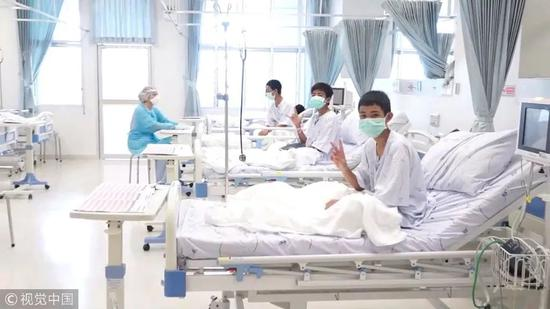 12名足球隊少年和一名教練在內的13人,全部成功獲救后在醫院接受全面身體檢查。圖片來自視覺中國