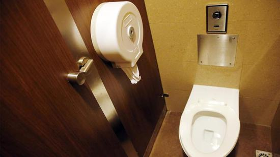 """一些商场内的公厕在厕间内免费提供厕纸,但因为位置隐蔽,经常发生整卷""""蒸发""""的情况 殷立勤 摄"""