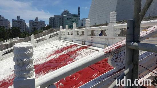 图为中正纪念堂阶梯被泼漆。(来源:联合新闻网)