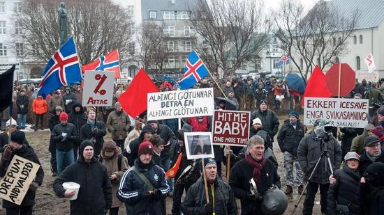 ▲资料图片:2008年,冰岛民众走上街头,在议会大厦外进行抗议,表达对金融危机的不满。(英国《金融时报》)