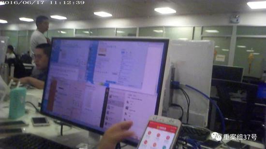 """▲每个推广员面前摆着一台电脑五六部手机,扮演""""美女""""、""""赌托儿""""等。图/新京报调查组 摄"""