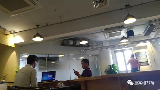 ▲图为一名应聘者在中介的监督下,接受菲律宾赌博公司的视频面试。图/新京报调查组 摄
