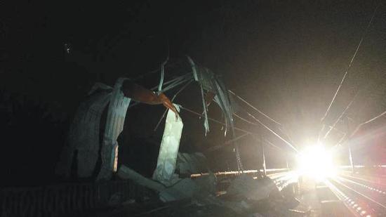 ▲被彩钢板砸坏的铁路设施设备。图片来源:北京铁路局供图
