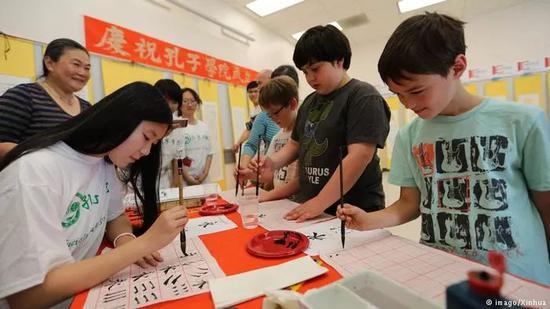 ▲资料图片:旧金山州立大学孔子学院,几名美国学生练习中文书法。
