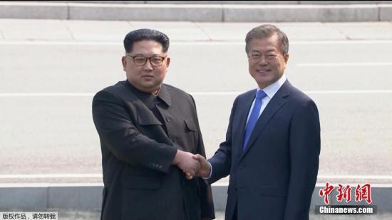資料圖:當地時間4月27日上午9時30分(北京時間8時30分),朝鮮最高領導人金正恩從板門店跨越軍事分界線,與韓國總統文在寅握手,實現初次會面。(視頻截圖)