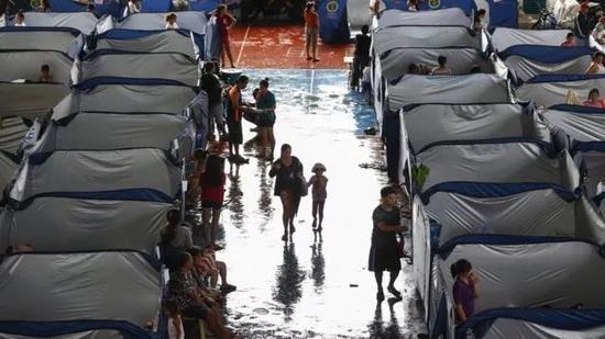 ▲爲那些被迫逃離附近的馬裏基娜的人建立了一個疏散中心。圖據BBC
