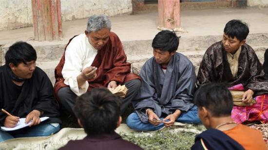其木居曼巴(世袭家族医生)丹松扎巴(左二)为学生讲授辨认药浴药材的方法。刘罡 摄 中国非物质文化遗产保护中心供图