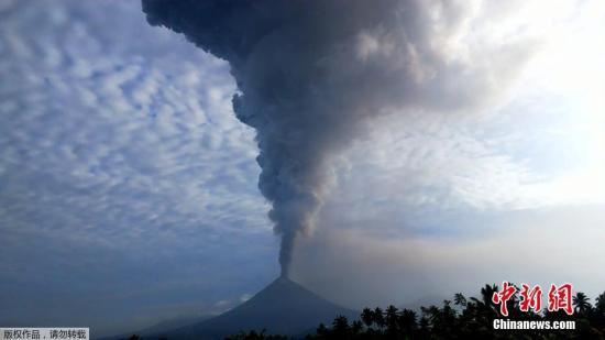 當地時間2018年12月16日,印尼北蘇拉威西省米納哈沙,印尼索普坦火山發生噴發,火山灰直衝雲霄,噴發高度超7000米。