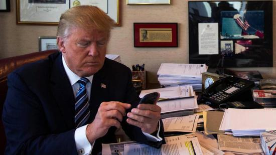 """3400条推特""""折腾世界"""" 特朗普""""推特治国""""这一年"""