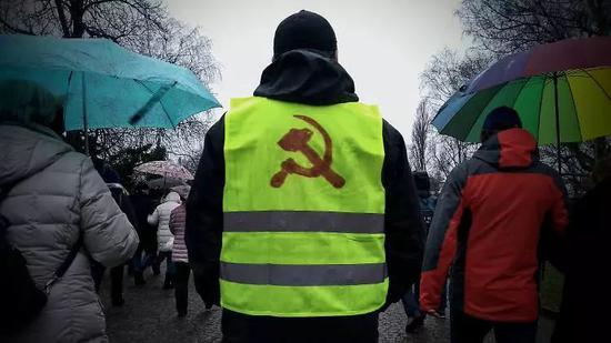 ▲游行方阵中身穿黄马甲的年轻人