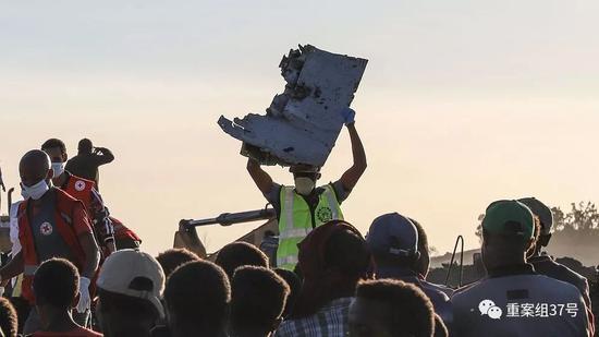 ▲救援人员在坠机现场清理飞机残骸.来源视觉中国