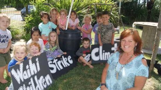 怀希镇参与抗议的小孩 图自《新西兰先驱报》