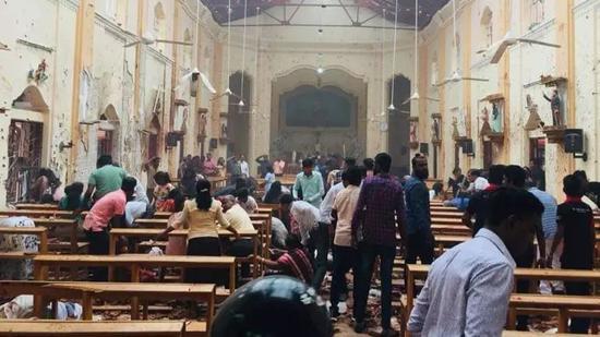 科伦坡发生爆炸的一座教堂,现场一片狼藉。