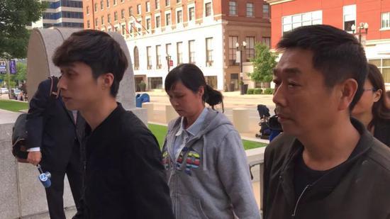 章父章榮高(右)、母葉麗鳳(中)、弟弟章新陽(左)。(圖片來源:美國《世界日報》特派員黃惠玲╱攝影)