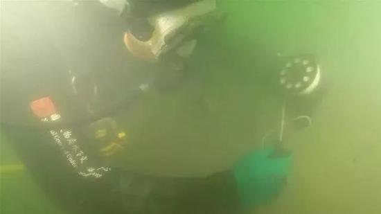 威海湾甲午沉舰遗址第一期查询拜访项目考古队员正在火下搜索(材料照片)。(图片滥觞:国度文物局火下文明遗产庇护中间)