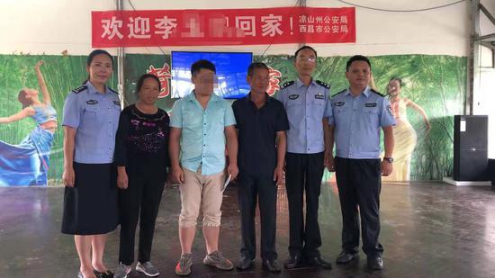 ↑汪大姐夫婦及親生兒子小劉和民警合影