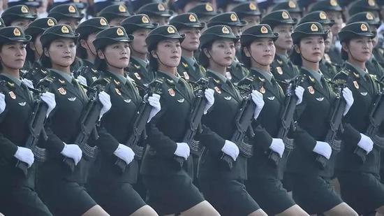 那是止进中的女兵圆队。新华社记者 刘年夜伟 摄