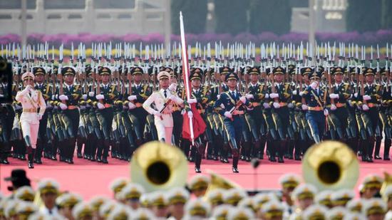 那是国旗保护队从群众豪杰留念碑基座动身,走背旗杆基座。新华社记者 刘年夜伟 摄