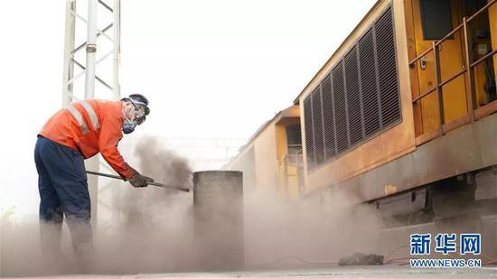工作人員給機車濾芯除塵。