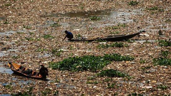 (图为当地污染严重的河流水源 图片来源:BBC)