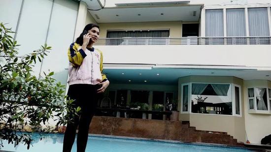 (图为索菲亚站在她的游泳池旁 图片来源:BBC)