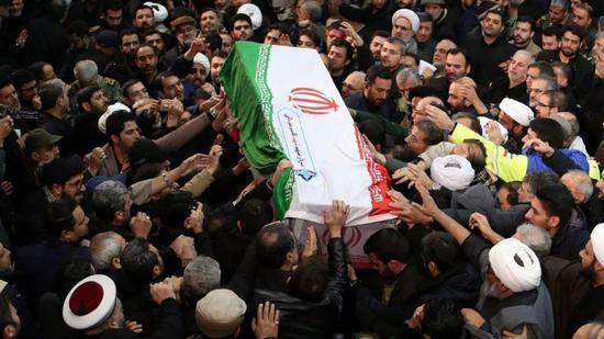 伊朗东南部城市科尔曼为苏莱曼尼举行葬礼