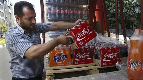 德黑兰街头售卖的可乐、芬达等饮料。