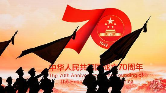 △2019年国庆当天,仪仗队走过天安门广场东侧的巨大荧屏。(总台国广记者李晋拍摄)