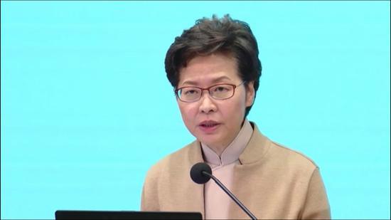 林郑月娥在记者会上介绍新政。