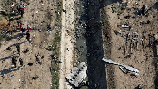 ▲失事客机散落的碎片。图据纽约邮报