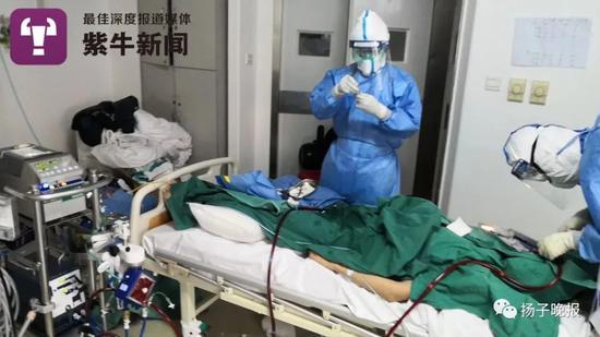 潘纯(左)为患者进行ECMO手术