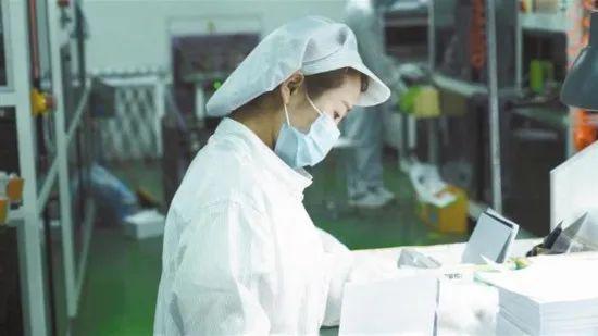 2月22日,陕西某外贸企业的工人做分拣事情。图源《陕西日报》